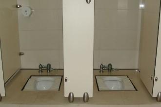 公厕隔间下为什么故意留缝隙?真相大吃一惊