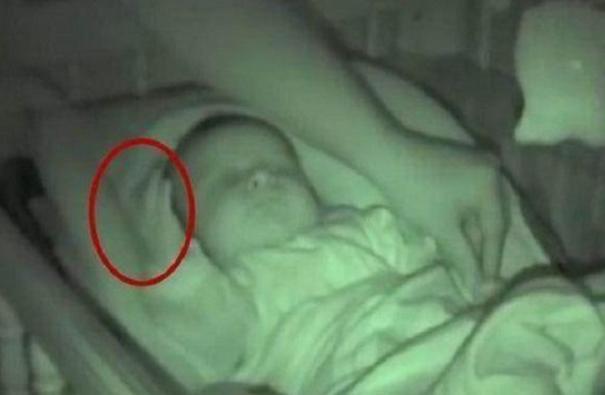 女子夜间给宝宝盖被子却看到诡异的一幕 医生的解释让人冒汗